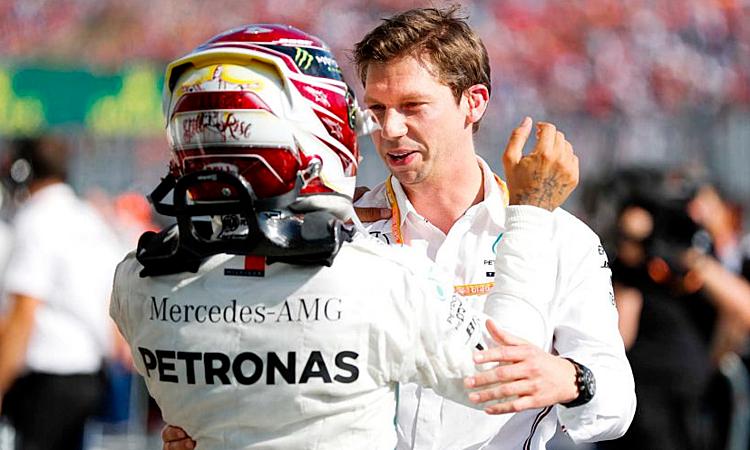 James Vowles chia vui với Lewis Hamilton sau chiến thắng ở Hungaroring cuối tuần qua. Ảnh: F1.