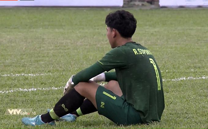 Thủ môn U18 Thái Lan thẫn thờ sau khi phải bốn lần vào lưới nhặt bóng.