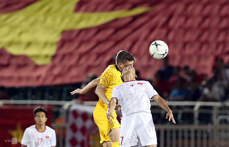 U18 Việt Nam (áo trắng) thua thiệt về thể hình và thể lực trước cầu thủ khách. Ảnh: Đức Đồng.
