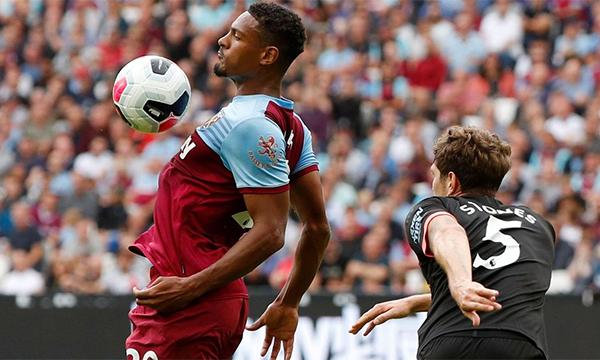 Tân binh Haller (trái) của West Ham chơi xông xáo trong trận ra mắt Ngoại hạng Anh. Ảnh: Premier League.