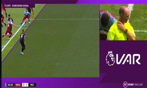VAR từ chối bàn thắng của Man City ở phút 55.