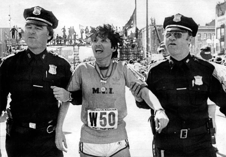 Rosie được hai cảnh sát dìu đi sau khi nhận huy chương và vòng nguyệt quế cho người chiến thắng tại Boston Marathon 1980. Ảnh: UPI.
