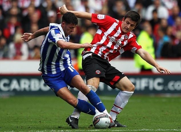 Maguire (phải) trong màu áo Sheffield United. Ảnh: PA.