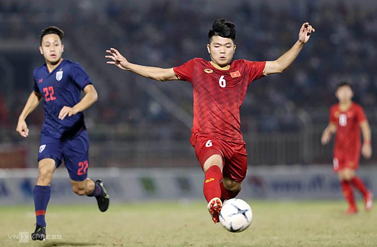 Lối chơi đơn điệu khiến Việt Nam bế tắc trước hàng thủ Thái Lan. Ảnh: Đức Đồng.