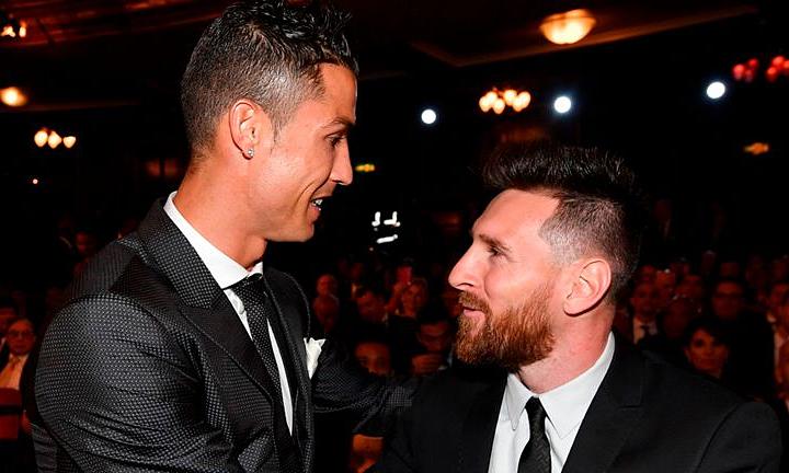 Ronaldo(trái) tự hào khi giàu thành tích hơn Messi ở Champions League. Ảnh: SS.