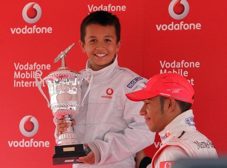 Alexander Albon nhận cup tại cuộc đua dành cho xe KF3.