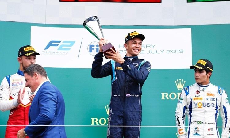 Albon (giữa) nâng cup trên podium ở F2 năm 2018.