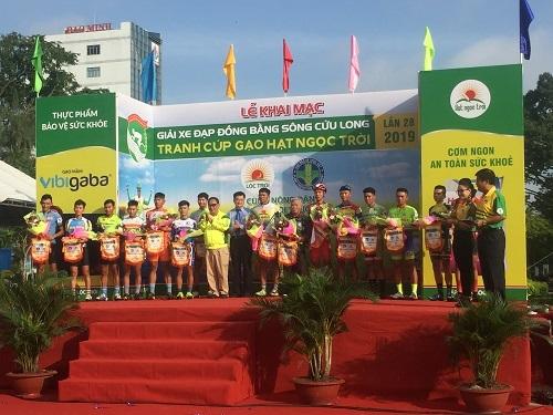 Đại diện các đội đua tại lễ khai mạc giải xe đạp Đồng bằng sông Cửu Long - Cúp Gạo Hạt Ngọc Trời lần thứ 28.