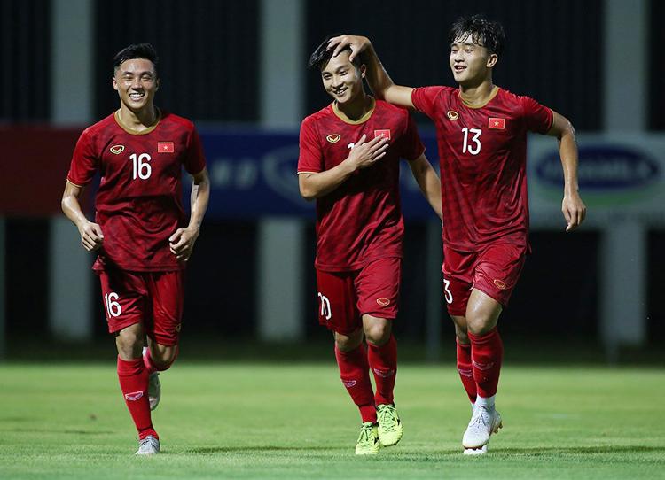 Martin Lo (số 10) ăn mừng bàn thắng mở tỷ số vào lưới Kitchee tối 14/8.