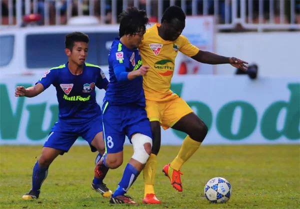 Hồng Duy (trái) và Tuấn Anh tranh bóng với cầu thủ Thanh Hóa trong một trận đấu ở mùa giải 2015. Ảnh: Lâm Thỏa.