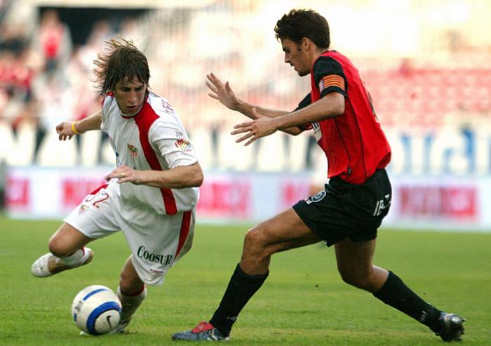 Vụ bị Real cuỗm mất Sergio Ramos (áo trắng) là bài học lớn để Monchi thay đổi tư duy trong công tác chuyển nhượng.