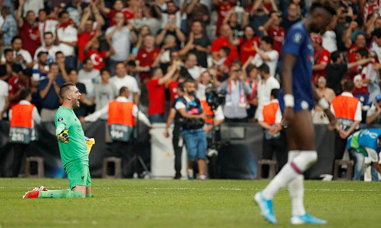 Niềm vui của thủ môn Adrian sau khi đẩy cú đá luân lưu cuối cùng của Abraham. Ảnh: Reuters.
