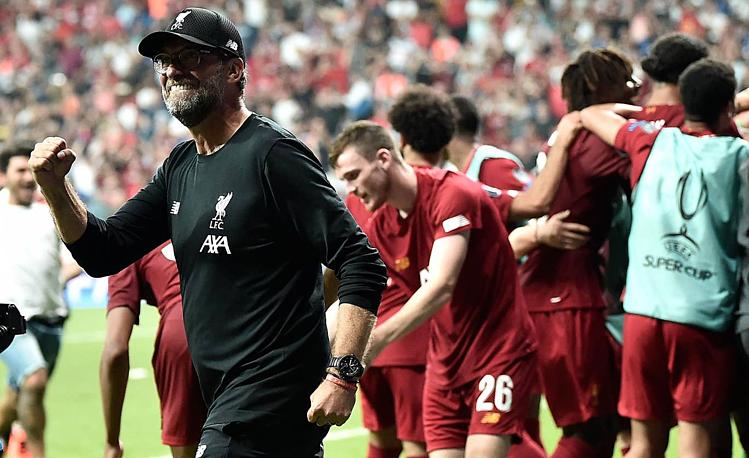 Niềm vui của HLV Klopp sau chức vô địch Siêu cup châu Âu đầu tiên. Ảnh: AFP.