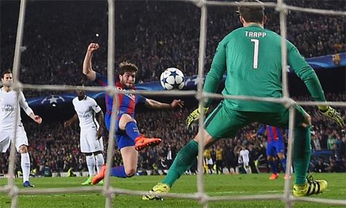 Khoảnh khắc Sergi Roberto ấn định chiến thắng 6-1 cho Barca. Ảnh: Reuters