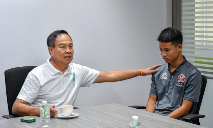 Chủ tịch Somyot (trái) động viêncầu thủ trẻ Kongpop.
