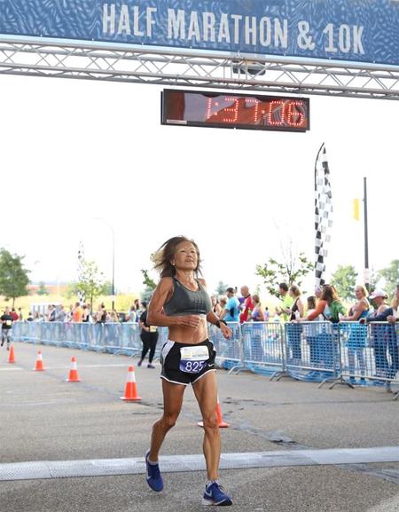 Rice trong khoảnh khắc về đích tại Akron Half Marathon.