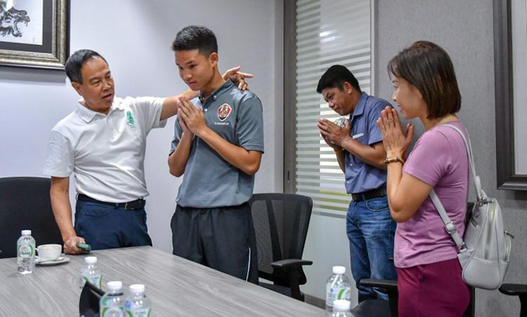 Bố mẹcầu thủ Kongpop (phải) chắp tay xin lỗi liên đoàn và ban huấn luyện.