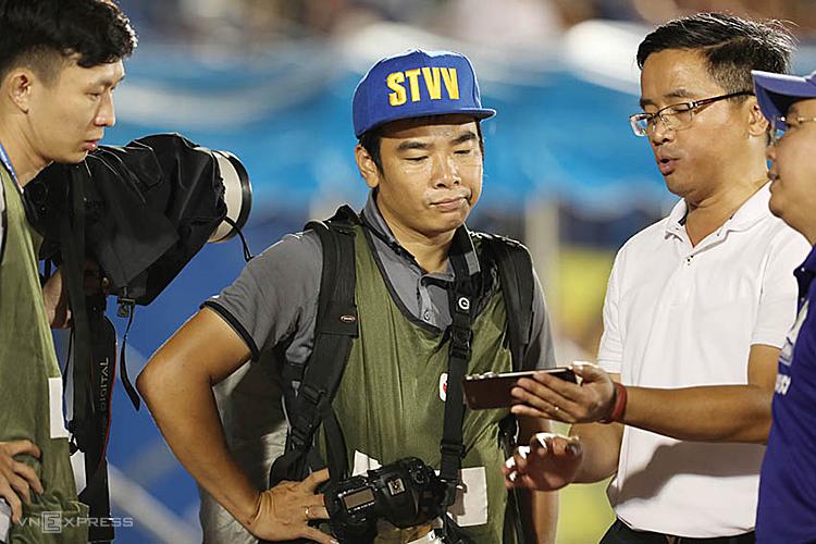 Trưởng đoàn HAGL trưng bằng chứng về bàn thắng ở tư thế việt vị cho giới truyền thông. Ảnh: Đức Đồng.
