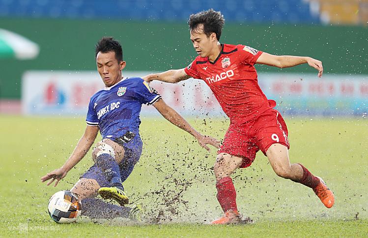 Cơn mưa lớn trước trận đấu làm ảnh hưởng đến chất lượng chuyên môn của cầu thủ hai đội. Ảnh: Đức Đồng.