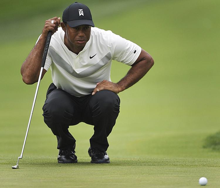 Woods tự làm khó bản thân với hai bogey liên tiếp ở hố 16 và 17. Ảnh: AP.