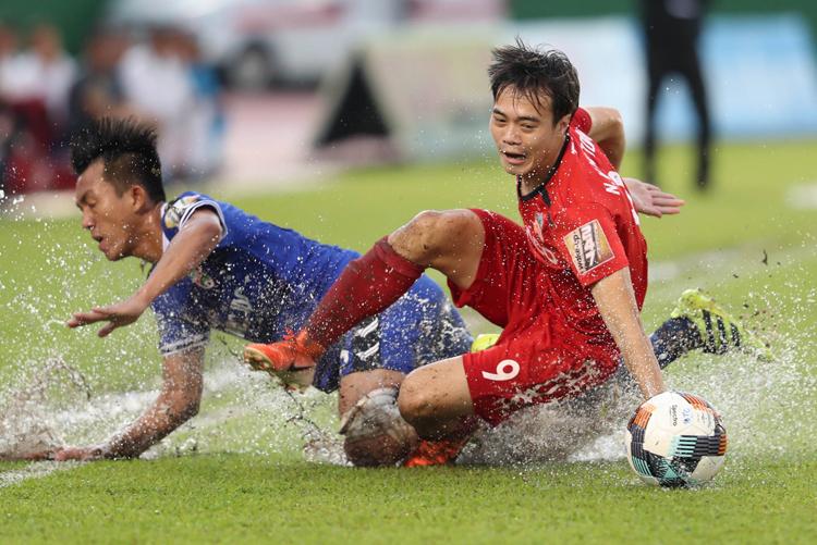 Văn Toàn và các đồng đội thua 0-3 trên sân Bình Dương, bị đẩy vào thế khó trong cuộc đua trụ hạng. Ảnh: Đức Đồng