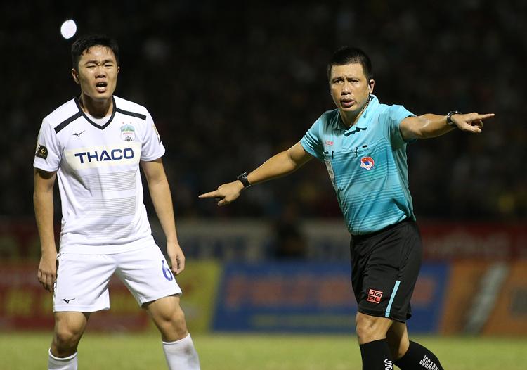 Xuân Trường phản ứng trọng tài trong trận thắng 3-2 trên sân Thanh Hoá ở vòng 18. Ảnh: Lâm Thoả