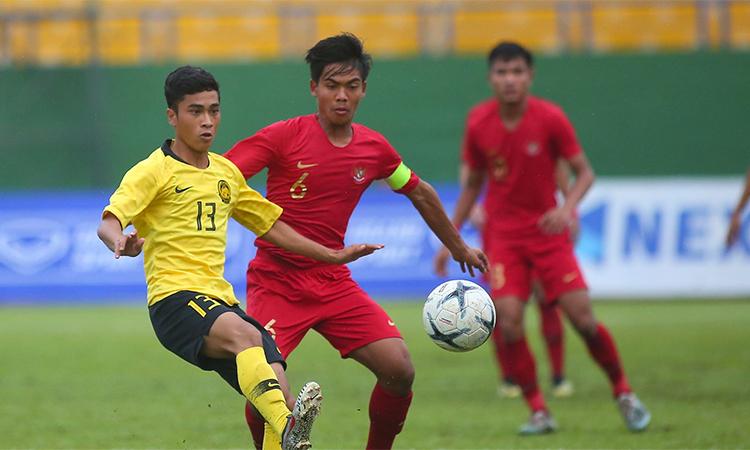 Indonesia (áo đỏ) không tái hiện được sức mạnh huỷ diệt như ở vòng bảng và bị Malaysia đánh bại.