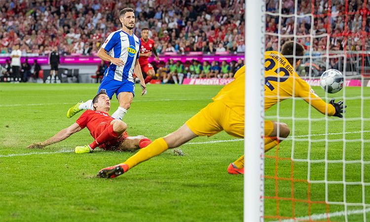 Lewandowski trong tình huống mở tỷ số trận đấu. Cú đệm bóng cận thành thành bàn này giúp anh trở thành cầu thủ đầu tiên trong lịch sử Bundesliga ghi bàn ở trận ra quân trong năm mùa liên tiếp.