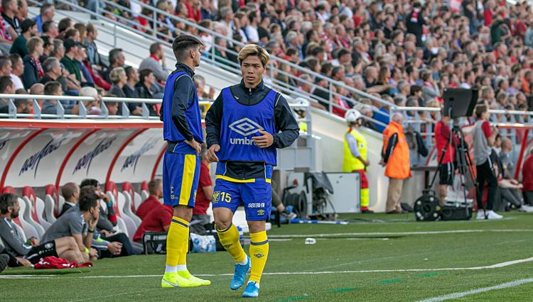 Công Phượng khởi động nhưng không được vào sân phút nào ở trận đấu hôm qua.