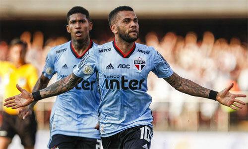 Alves chứng tỏ được giá trị ở vị trí mới.