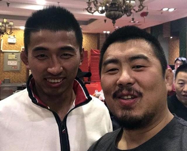 Từ Hiểu Đông (phải) đang ở Hà Nam và giao lưu với các võ sĩ tập MMA tại đây.
