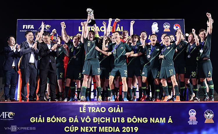Australia lần thứ sáu nâng Cup vô địch U18 Đông Nam Á, họ cân bằng thành tích vô địch với Thái Lan. Ảnh: Đức Đồng.