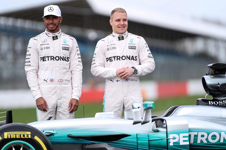 Bộ đua của Mercedes màu trắng. Ảnh: Reuters