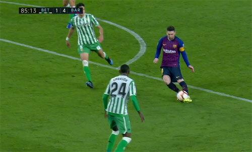 Các cầu thủ Betis không ngờ Messi sẽ tung ra một cú lốp bóng, thay vì sút thẳng hoặc chuyền.
