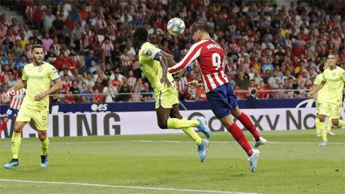 Morata thực hiện kỹ năng sở trường ghi bàn cho Atletico. Ảnh: Marca