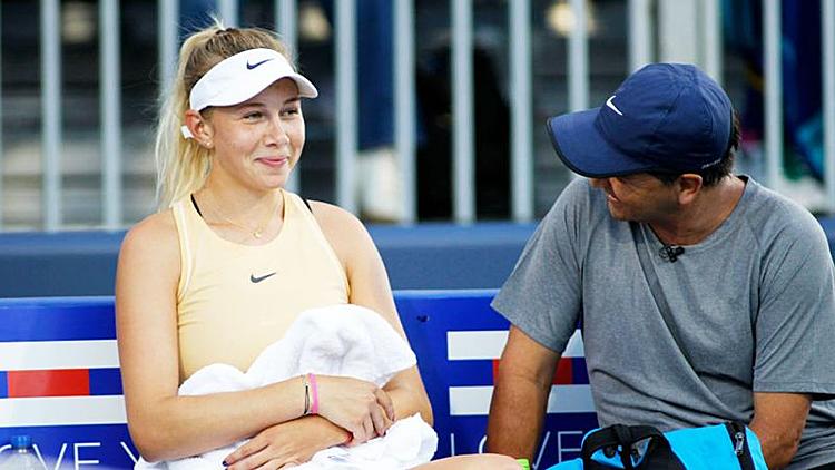Anisimova bên người cha, cũng là HLV duy nhất của cô. Ảnh:Yahoo.