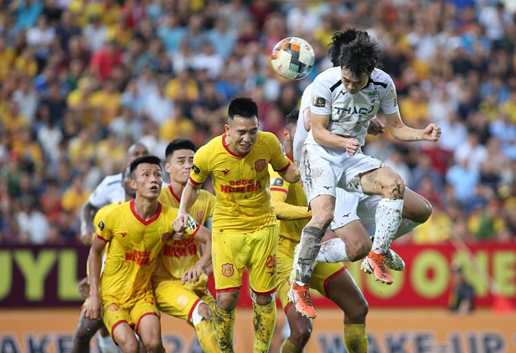 Văn Toàn - cầu thủ ổn định nhất của HAGL mùa này - tranh chấp bóng trong trận đấu với Nam Định, trên sân Thiên Trường. Ảnh: Lâm Thỏa.