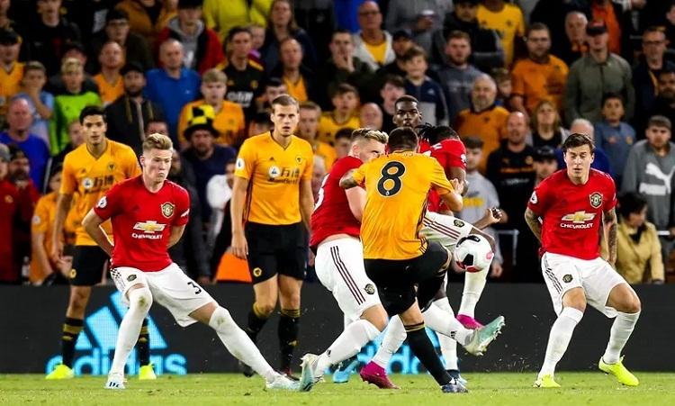 Cú dứt điểm hiểm hóc của Neves giúp Wolves vượt qua bức tường chắc chắn mà Man Utd dựng lên. Ảnh: REX.