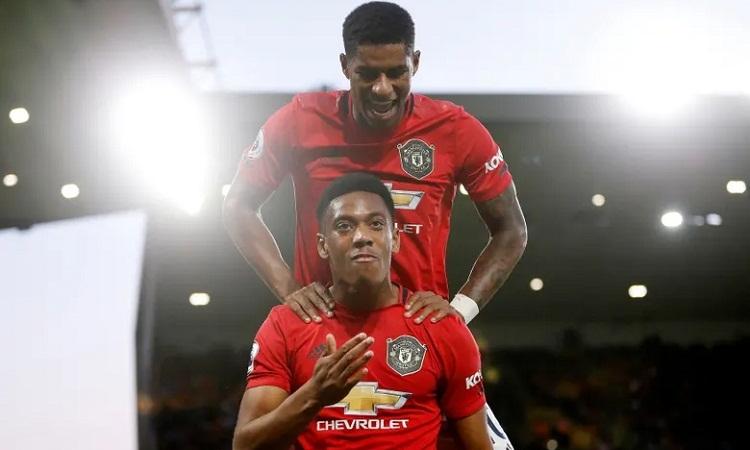 Rashford và Martial vui mừng sau khi phối hợp đểtạo ra bàn mở tỷ số. Ảnh: Reuters.