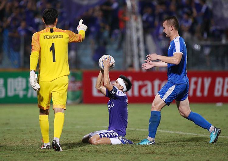 Văn Quyết ăn mừng bàn thắng ấn định tỷ số 3-2 trên sân Hàng Đẫy tối 20/8. Ảnh: Lâm Thỏa