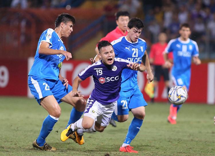 Dù liên tục bị phạm lỗi, Quang Hải vẫn toả sáng với cú đúp trên sân Hàng Đẫy ngày 20/8. Ảnh: Lâm Thoả