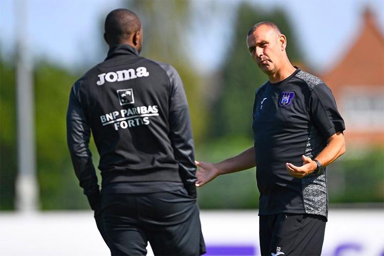 Simon Davies (phải) chỉ đạo chiến thuật khi Anderlecht thi đấu, nhưng vẫn sẽ làm trợ lý của Kompany trong các buổi tập. Ảnh: HLN.