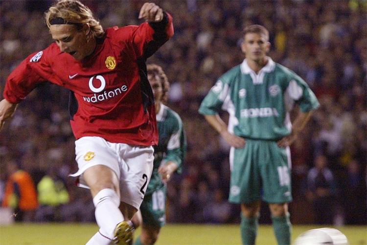 Forlan thực hiện quả đá phạt đền vào lưới Maccabi Haifa, ghi bàn đầu tiên trong màu áo Man Utd. Ảnh: Reuters.