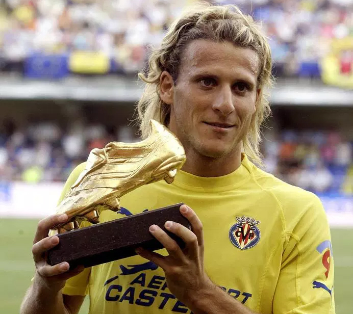 Chiếc Giày Vàng châu Âu năm 2005 đánh dấu bước đột phá đầu tiên trong sự nghiệp của Forlan. Ảnh: AFP.