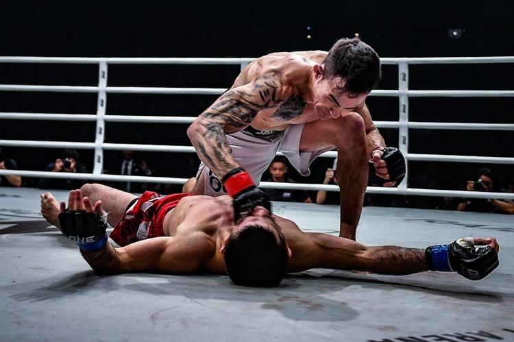 Thanh Le (trên) chiến thắng võ sĩ người Nhật Bản, Boku hôm 16/8. Ảnh: Onefc.