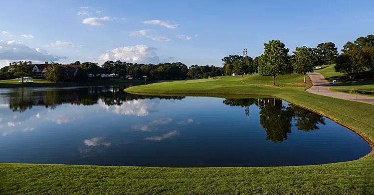 Hố số 8 ở East Lake được bao bọc bởi hồ nước lớn sẽ gây khócho nhiều golfer. Ảnh: PGA Tour.