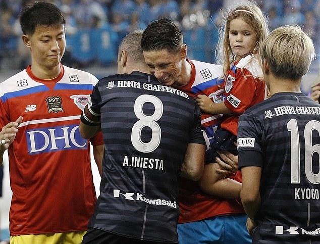 Torres ôm người đồng đội bằng tuổi một thời ở tuyển Tây Ban Nha - Iniesta. Ảnh: AP.