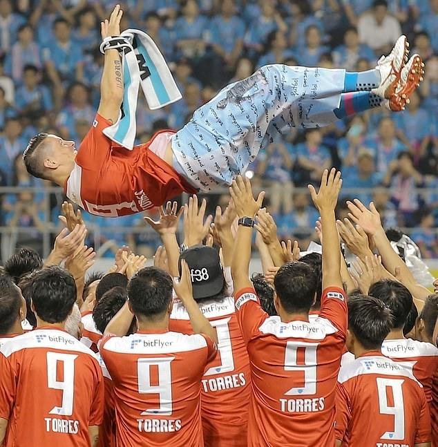 Đồng đội tung hô Torres vào cuối buổi chia tay. Ảnh: AP.