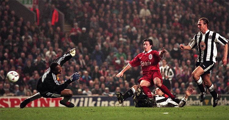 Fowler làm điên đảo hàng phòng ngự Newcastle trong một trận đấu tháng 3/1997. Ảnh: Liverpool Echo.