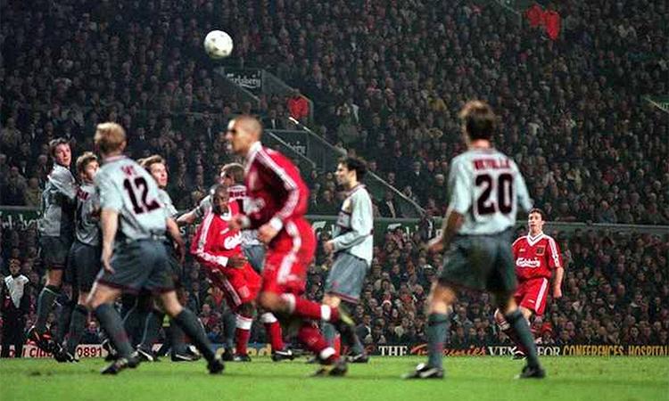 Fowler (áo đỏ, góc phải) lập cú đúp vào lưới Man Utd tại Anfield tháng 12/1995, thời điểm thế giới còn chưa biết nhiều đến các ngôi sao thế hệ 1992 của Man Utd như Beckham, Giggs, Scholes hay anh em nhà Neville, Butt.